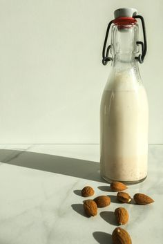 Homemade nut milk is so easy to make and takes only about 5 minutes! Furthermore, it saves you some money as it is cheaper than store bought nut milk! Turmeric Uses, Raw Nuts, Plant Based Milk, How To Make Homemade, Muesli, Recipe Today, Pistachio, Food Print, Baked Goods