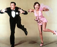 Gene Kelly & Debbie Reynolds - Singin' in the Rain Gene Kelly, Fred Astaire, Golden Age Of Hollywood, Vintage Hollywood, Classic Hollywood, Hollywood Party, Shall We Dance, Just Dance, Old Movies
