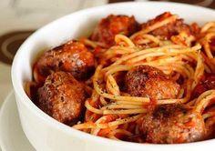 Спагетти с мясными шариками в томатном соусе  Ингредиенты:  Лук репчатый — 1 шт. Фарш говяжий — 500 г Чеснок — ½ головки Помидоры — 2 штуки Паста томатная — 2 ч. л. Перец черный молотый — 1 щепотка Спагетти — 400 г Соль морская — по вкусу