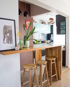 Bancada integrando a sala com a cozinha.
