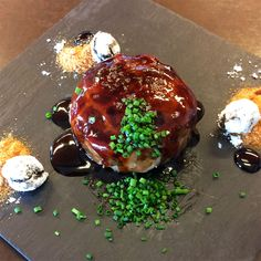 Xai desosssat al vermut amb sorra de taronja i olives Portal, Pudding, Restaurant, Desserts, Food, Gastronomia, Tailgate Desserts, Puddings, Dessert