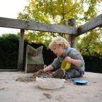 Speeltuin A.S.V. d'Ekker is een heerlijke speeltuin midden in een woonwijk in Veldhoven bij Eindhoven. Speeltuin A.S.V. d'Ekker is groen, avontuurlijk en gezellig opgezet. Soms is het heuvelachtig en dan weer bossig, alsof je in het buitenland door de bush loopt. Het is een natuurlijke speeltuin met water, zand, grind, heuvels, bamboe, water, zand en modder. Er zijn veel verschillende toestellen en mooie boomhutten. Echt een prachtige plek om te spelen. Mijn zoontje kwam onder de modder…
