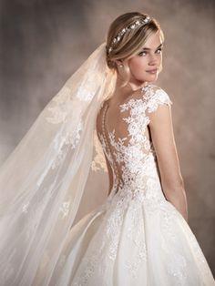 Adela - Robe de mariée en dentelle, tulle, ornée de broderie et pierres fines
