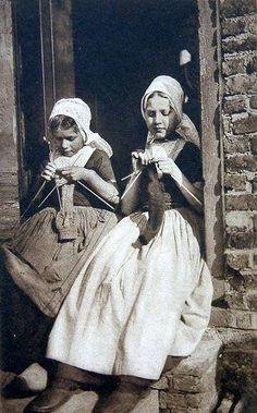 postcard of Dutch girls knitting published by Utig F B den Boer, Middelburg, Holland 1909 Vintage Knitting, Vintage Sewing Patterns, Knitting Patterns, Vintage Crochet, Stitch Patterns, Crochet Patterns, Knitting Humor, Knitting Projects, Sock Knitting