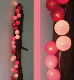 De cottonball light in rose tinten bestaat uit een lichtslinger heeft 20 lampjes. Deze rose variant staat ook stoer op een meisjeskamer.