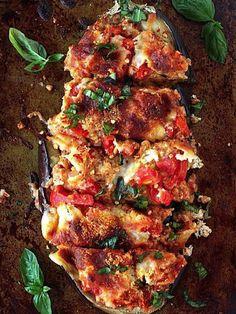 Berenjena rellena con salchichas y parmesano