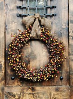 And to stir up your imagination of DIY Fall Wreaths we have this giant list of 116 DIY fall wreath ideas that you can easily make at home and give your doors Easy Fall Wreaths, Diy Fall Wreath, Fall Diy, Wreath Ideas, Fall Crafts, Holiday Crafts, Holiday Ornaments, Home Decoracion, Berry Wreath