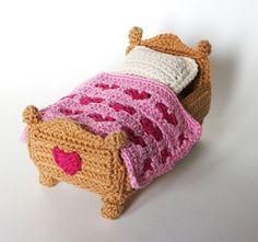 Furniture Bedroom amigurumi pattern by Christel Krukkert Crochet Home, Cute Crochet, Crochet For Kids, Crochet Baby, Crochet Doll Clothes, Knitted Dolls, Crochet Dolls, Crochet Furniture, Doll Furniture