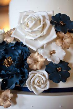 Bom dia a todos!   Um dia chuvoso como este acho que combina lindamente com a mesa de doces que fiz para um casamento em Dezembro, na Real ...
