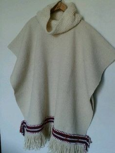 poncho mujer color crudo tejido en telar tradicional con lana 100% natural de oveja con aplicación de greca andina