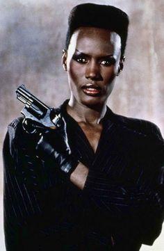Grace Jones, la belleza andrógina de los 80, la primera chica Bond negra de la historia, aunque era mala (cómo no!) y hubo que esperar al siglo XXI para ver a Halle Berry ayudando a 007.