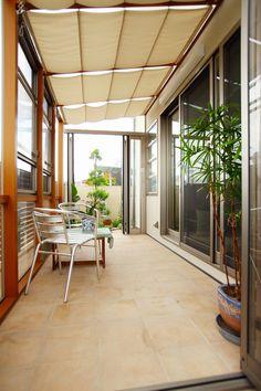 インナーテラス Outdoor Rooms, Outdoor Living, Exterior Design, Interior And Exterior, Skylight Design, Interior Balcony, Home Porch, Glass Room, Space Interiors
