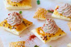 Už nemusíte hľadať nič iné: 17 najlepších domácich nátierok na obložené chlebíky + krásne tipy na servírovanie! Cottage Cheese, Food And Drink, Appetizers, Bread, Kitchens, Appetizer, Brot, Baking, Breads