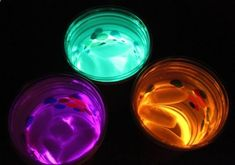 Glow in the dark party idea. the glow sticks aren't actually in the beverage. They are resting at the bottom of one cup, with a clear plastic cup on top where the drink goes. 20 more Cool Glow Stick Ideas Glow Stick Crafts, Glow Stick Party, Glow Sticks, Glow Crafts, Party Deco, Cool Glow, Neon Party, Disco Party, Slumber Parties
