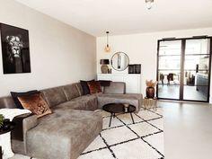 Een warm gevoel creëren in je woonkamer inrichting vergt soms wat creativiteit. Lees onze tips voor meer woonkamer inspiratie voor jouw industriële interieur.   @bibahome #industrieel #warm #zithoek Home Decor, Furniture, Decor, Sectional Couch