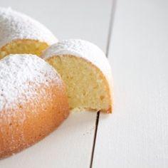 GÂTEAU AU YAOURT DE NIGELLA Nigella, Gateaux Cake, Cornbread, Vide, Food And Drink, Ethnic Recipes, Nature, Sweet Recipes, Eat