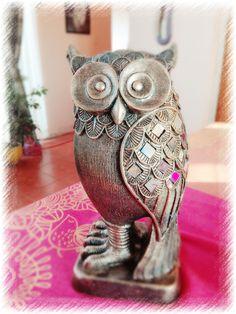 Búho de yeso, técnica bronce sulfatado con incrustaciones. Fairy Statues, Owl Art, Bronze Sculpture, Vase, Africans, Owls, Ideas, Plaster Crafts, Painted Owls