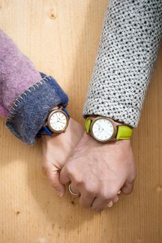 Sissy & Max ist die junge, außergewöhnlich trendige Uhrenkollektion by Waidzeit Austria. Die Damenmodelle aus Walnussholz & Lederarmband sind in vielen verschiedenen Farben erhältlich. Ein besonderes Highlight sollte Ihnen natürlich nicht vorenthalten bleiben: die Kupferveredelungen an Zifferblatt, der Krone und auf der Rückseite des Uhrendeckels, diese machen die Uhr zeitlos schön.