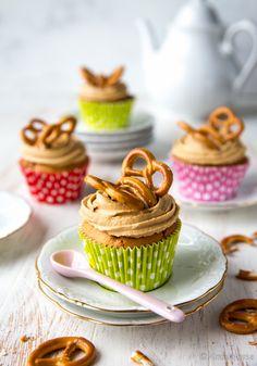 Suolakinuskimuffinsit  Näissä muffinsseissa kinuskiin yhdistyy trendikkäästi ripaus suolaa. Amerikassa suolan käyttäminen makeassa leivonnassa on meitä yleisempää. Suola sopii hyvin yhteen aromikkaan fariinisokerin kanssa. Suola ei maistu lopputuloksessa, vaan sen tehtävä on vain voimistaa aromeja. Myös suklaan ja suolan yhdistelmä on toimiva. Mini Cupcakes, Cup Cakes, Baking, Desserts, Food, Tailgate Desserts, Deserts, Cupcake, Bakken