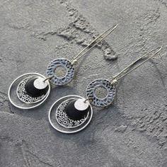 Bijou créateur - boucles d'oreilles dormeuses argentées antiques breloques sequins paillettes estampes anneaux et sequins émaillés noir