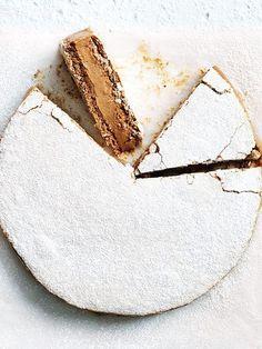 Chocolate and Coffee-Hazelnut Meringue Cake Mokka-Baiser-Torte Pavlova, Hazelnut Meringue, Meringue Cake, Meringue Food, Hazelnut Cake, Slow Cooker Desserts, Just Desserts, Delicious Desserts, Yummy Food
