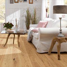 Met een eikenhouten vloer haal jij buiten naar binnen en dit zorgt voor een natuurlijke woonstijl! #naturalliving #eikenhout #houtenvloer #eiken #vloeridee #wooninspiratie #woonkamer #cosy #knussewoonkamer #watisjouwstijl #dessotarkett