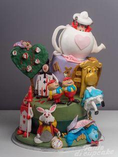 """E' tardi, è tardi, è tardi! Ma mai troppo per mangiare una di queste bellissime torte con Alice, il Cappellaio Matto, il Blucaliffo, lo Strgatto e la Regina di Cuori! Leggi qui la storia travagliata della torta """"Alice nel Paese delle Meraviglie"""" di Renato Ardovino, raccontata dal Re delle Torte in persona! Vuoi farne una …"""