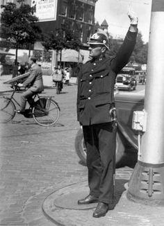 Het uniform, verkeersagent in Rotterdam. Nederland, 1931.