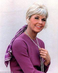 Doris Day, née le 3 avril 1924 à Cincinnati dans l'Ohio aux est une actrice, chanteuse et productrice américaine. Elle joua dans plus de 40 films avec la compagnie Warner Bros et enregistra plusieurs albums avec Columbia Records.