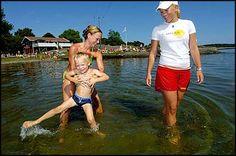 2004: Sørlandets Baywatch. Mamma Elin Kragseth (36) leker med sønnen Martin (4) i vannet på Groos i Grimstad. Livredder Kathrine Aas (19) har god oversikt.  95 prosent av det vi er til for, er småskader, men statistikken vår viser at livreddernes kunnskap om gjenopplivning har reddet liv. - Vi kan ikke forhindre ulykker, men forebygge dem. Livreddernes erfaring og utdannelse gjør at de griper inn før ulykken skjer, sier Kjetil Faye Lund styreleder i Norges Livredningsselskap. Baywatch, Running, Sports, Hs Sports, Keep Running, Why I Run, Sport