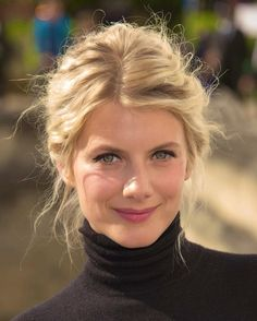 Melanie Laurent - French actress singer pianist screenwriter and director. Born in Paris to a Jewish family. Melanie Laurent, My Hairstyle, Pretty Hairstyles, Girl Crushes, Undone Look, Beauté Blonde, French Beauty, French Makeup, French Hair