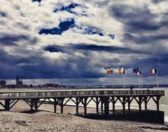 Estacade de Sainte Adresse et skyline havraise  Sainte Adresse 300717 12h30  #sainteadresse #lh #lh_lehavre #lehavre #lehavre500ans #lehavretheplacetobe #lehavretourisme #estacade #wind #vent #drapeau #flag #skyline #normandie #normandymylove #insta_normandy