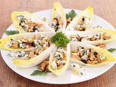 Discover the recipe for endive salad with apples, walnuts and blue cheese. Healthy Appetizers, Easy Healthy Recipes, Easy Meals, Clean Eating Snacks, Finger Foods, Food Videos, Love Food, Salad Recipes, Gourmet