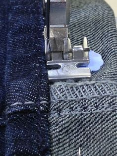 Anleitung: Jeans kürzen ist so einfach. Hier erkläre ich dir, wie man den Originalsaum einer Jeans in 20 Minuten umnäht.