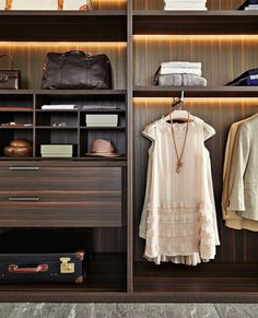 Gliss Master, in the sophisticated version without doors, becomes an accessorised walk-in closet that can be set up in linear and corner solutions.