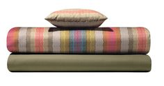 Multicolored greek keys, magnetic as stylised waves, play a leading role also on bedding #missonihome #rosegarden