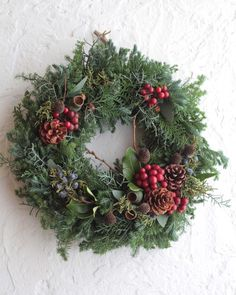 Christmas Flower Arrangements, Christmas Flowers, Christmas Wreaths, Dried Flower Wreaths, Dried Flowers, Christmas Events, Green Wreath, Diy Wreath, Merry And Bright