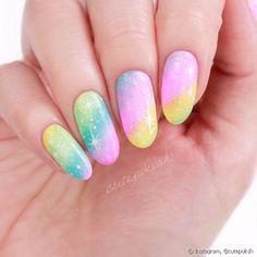 Uma ideia de unhas para a fantasia de arco-íris para o Carnaval é um degadrê com várias cores de esmaltes e glitter por cima (Foto: Instagram @cutepolish)