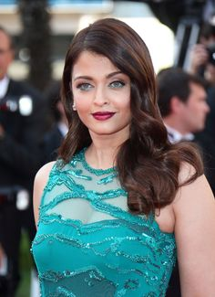 Try a matchy-matchy makeup look like Aishwarya Rai! Coordinate your dress to your beauty look with an eyeliner in a similar shade.