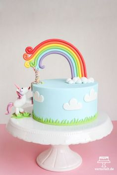 More unicorn magic never hurts: A slightly different unicorn cake + DIY picture instructions - perfect for every child& birthday cake decorating recipes kuchen kindergeburtstag cakes ideas Baby Cakes, Pretty Cakes, Cute Cakes, Girly Cakes, Fondant Cakes, Cupcake Cakes, Mini Cakes, Baby Shower Pasta, Savoury Cake