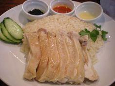 海南鶏飯(ハイナンチーファン)は、茹で鶏とその茹で汁で炊いた白米を共に皿へ盛り付けたマレーシアやシンガポール、タイなどの東南アジア周辺地域で一般的な料理