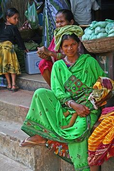 Orissa Mother and Baby, India We Are The World, People Around The World, Gente India, Pakse, Indian Colours, Amazing India, Indian People, Mothers Love, Mother And Child