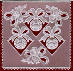 Новогодняя открытка с шарами в технике пергамано