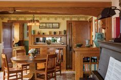 Dining room with oak woodwork in a 1925 bungalow – American Bungalow, issue 79