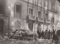 Sobre el costado sur de la plaza de Bolívar, vehículo y tranvías quemados   Sady Gonzalez