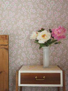 Kirsikkapuu-tapetti (69213) vierashuoneen seinallä | Kirsikkapuu wallpaper (69213) in guest bedroom | Keltainen Kahvipannu Blog |