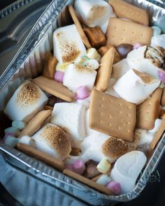S'mores, grilled marshmallows with chocolate and a crispy cookie, this time supplemented with delicious caramel fudge. A decadent dessert recipe Bbq Desserts, Delicious Desserts, Yummy Food, Pomegranate And Orange Salad, Marshmallows, Caramel Fudge, Grilled Fish Recipes, Barbecue Recipes, Pasta