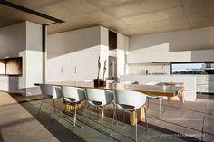 El mobiliario ayuda a conectar el diseño de la planta alta y baja.   Galería de fotos 7 de 19   AD MX