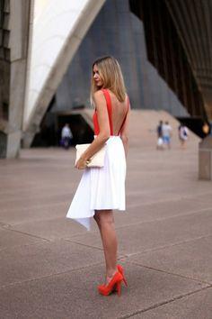falda blanca y blusa naranja