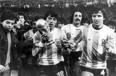 25/06/1978 En un estadio Monumental colmado, Passarella levanta la Copa del Mundo luego de que Argentina venciera 3 a 1 a Holanda en la final del Mundial.